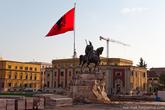 Столица Албании – Тирана, встретила нас небольшим ремонтом главной площади, в центре которой установлен монумент Георги Кастриоти по прозвищу Скандербег, вождю антиосманского албанского восстания, национальному герою Албании, воспеваемому в народных песнях. Скандерберг восседает на боевом коне, в шлеме, с приделанными к нему козьими рогами, и с саблей в руке.  Рядом развивается флаг Албании. На на полотне красного цвета, изображен черный двуглавый орел с герба Албании.  Кстати сами албанцы называют свою родину Республика Шкиперия (Shqiperia) – в переводе «Страна Орлов». Так, что не удивляйтесь когда увидите на монетах и банкнотах незнакомое название.