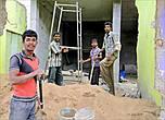 После многих лет войны и цунами в городе много полуразрушенных зданий, которые нужно доводить до ума. Так что строителям в Тринкомали всегда найдется работа. А может, это гастарбайтеры...