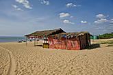 Вот такие сарайчики здесь повсеместно стоят вдоль моря. Часто вокруг них жутко воняет. Это тоже — особенность пляжей Гоа... *