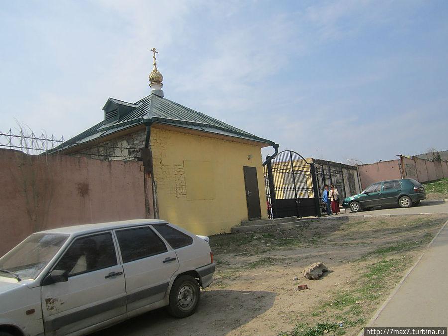 Вход  в монастырь. Есть вход и со стороны 2-ой Украинской улицы