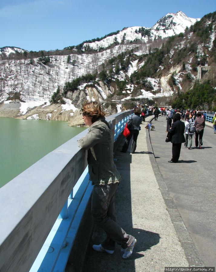 длинна плотины 492 метра, находится на высоте 1454 метра над уровнем моря