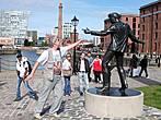 Памятник Рональду Вычерли (1940-1983), королю рок-н-ролла добитловской эпохи, известному под псевдонимом Бешенный Билли. Памятник установлен на средства, собранные его фанатами по всему миру.