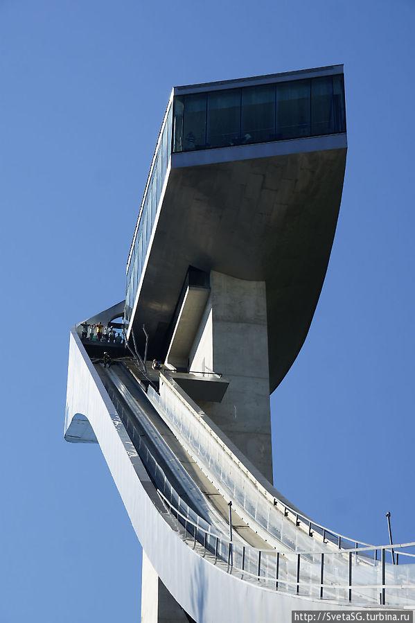 Летающий лыжник готовится к прыжку.