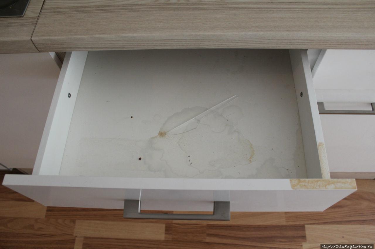 Ящик для столовых приборов после уборки.