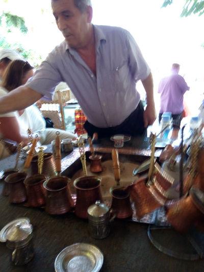 Мастер-умелец (хозяин кафе) по приготовлению кофе по-турецки в Шириндже (Şirince)