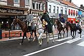 По центральной улице Ватерлоо движется конница