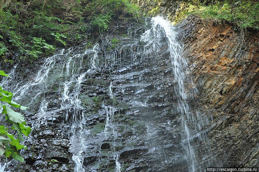 Вообще-то водопад было сфотографировать довольно сложно, особенно чтоб он был без людей. Это самый верх водопада. by Константин Волнягин (http://vk.com/volnyagin)