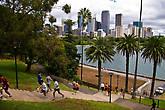 Многочисленные приверженцы здорового образа жизни на дорожках Royal Botanic gardens