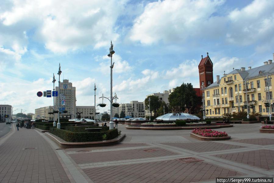 Площадь Независимости (до 1991г. площадь Ленина). Крупнейшая площадь Минска. Под землей торговый центр