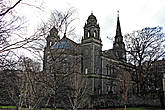 Приходская Церковь св. Кутберта, как я писал http://turbina.ru/authors/Shche/travels/view/126827/memo/73302/ , ее территория выходит прямо в парк
