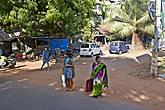 Женщины в Гоа, как и во всей Индии, носят сари. Хотя здесь они — более европеизированы. А мужчины — одеваются совсем как европейцы. Из-за этого даже нет национального колорита... *