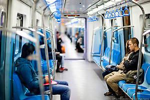 В каждом поезде четыре вагона. Один вагон вмещает 160-170 человек (из расчета 5 человек на 1 квадратный метр). В вагонах установлены системы кондиционирования и видеонаблюдения. Поезда чистые, без рекламы и мусора, одна красота!