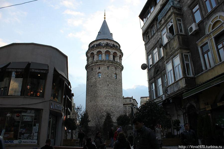 Вид на Галатскую башню с улицы Галип Деде.
