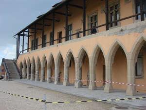 Епископский дворец (1470). Сегодня там картинная галерея и музей коменданта крепости и руководителя обороны Добо Иштвана.