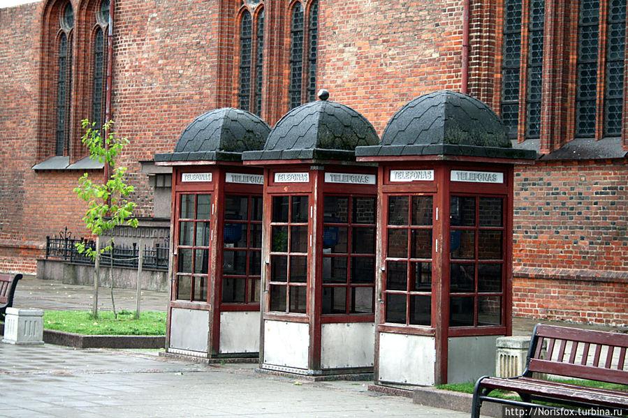телефонные будки возле кафедрального собора Петра и Павла Каунас, Литва