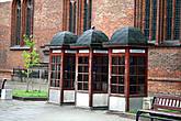 телефонные будки возле кафедрального собора Петра и Павла