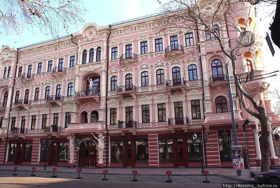 Бристоль – 5*, цена номера от 240 у.е./сутки, шикарный отель с историей, находится в центре города. Всю инфо можно посмотреть на www.bristol-hotel.com.ua , ул. Пушкинская, 15 728-89-00, 25-53-21
