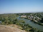 Внизу бежит река Талас