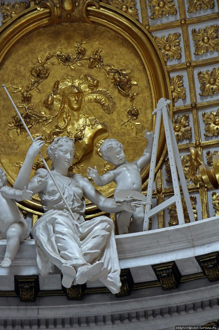 ... зал полностью посвящен разным видам наук и искусств