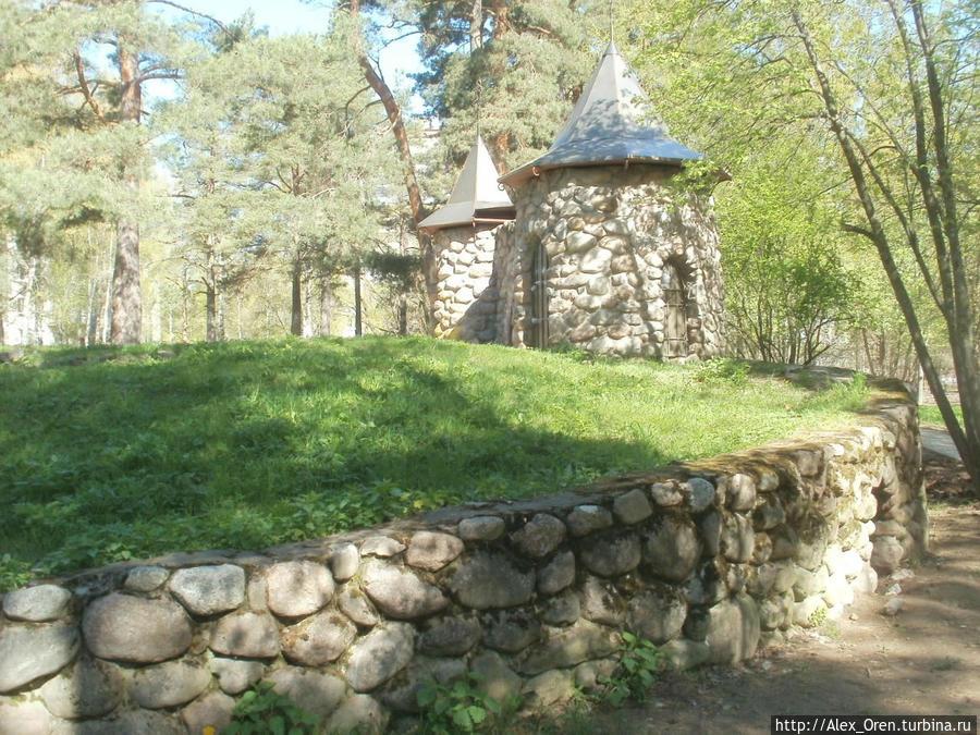 Малая Копорская крепость во втором микрорайоне во дворе домов 6 и 8 по Ленинградской ул.