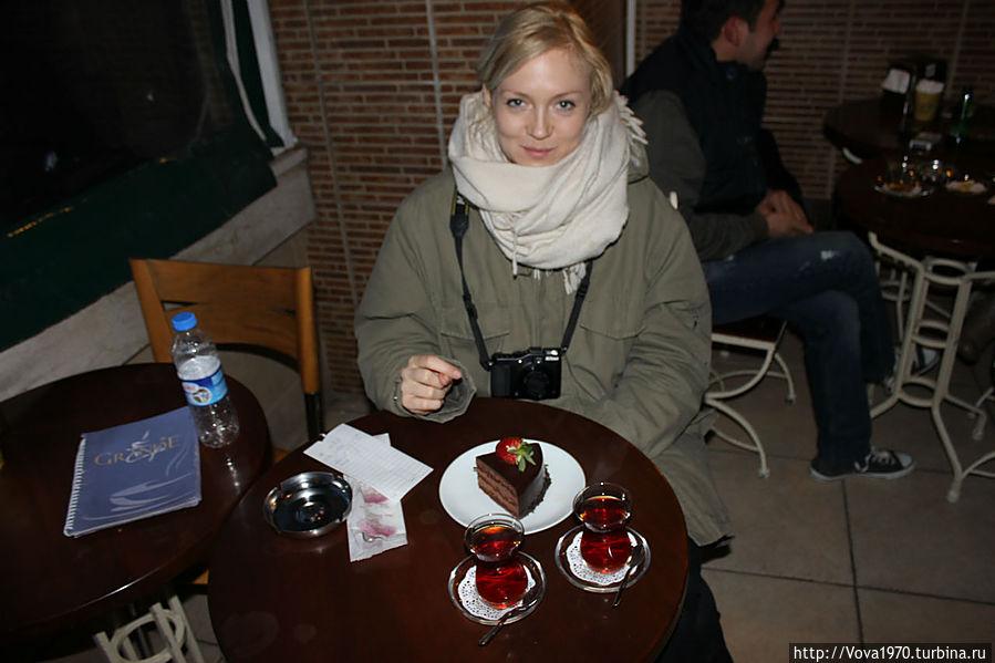 Пригласите девушку на тортик с чаем!