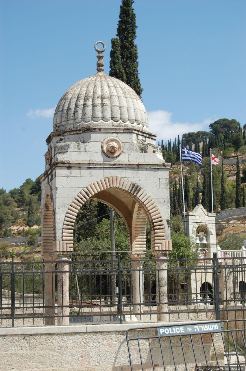 Гробница Муджира аль-Дина аль Уляйми. Справа в глубине фотографии видна Гробница Богоматери