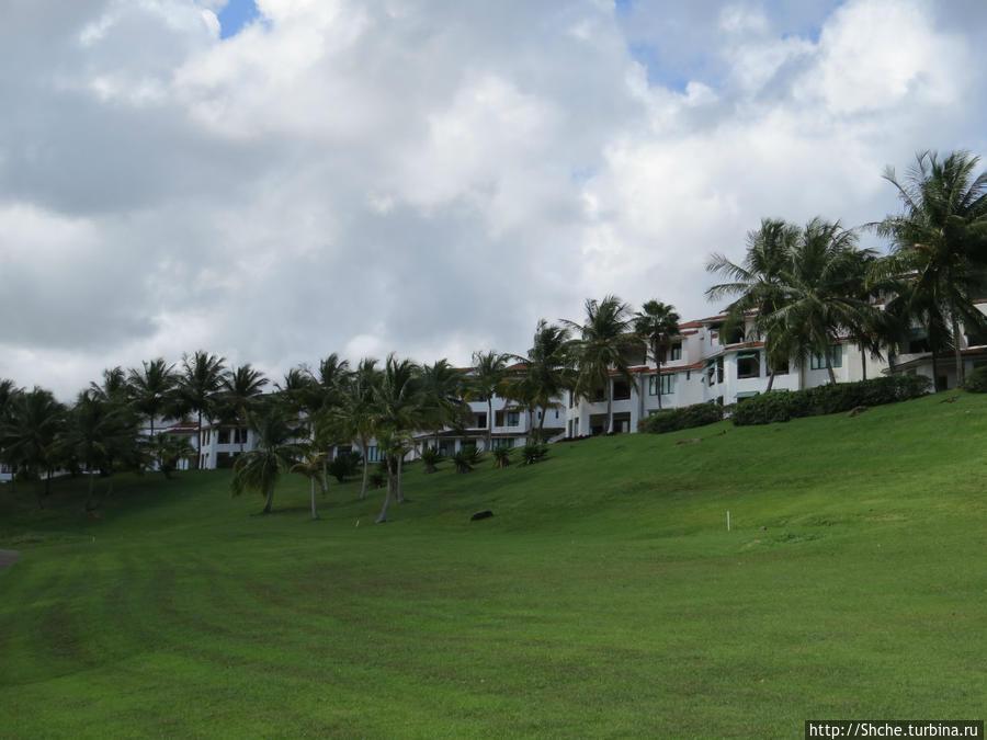 Наши виллы с полей для гольфа, вдоль них мы ходили к морю