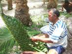 В такие корзинки, сплетенные из листьев пальмы, сейчас закладываются рыба, мясо и овощи. А раньше — и части тел убитых врагов