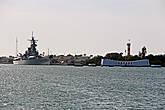 вдали видны еще два меморила: USS ARIZONA MEMORIAL над затопленным линкором