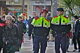 это тоже участники карнавала — из местной полицейской академии