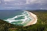 Несколько последних дней перед отлетом из Австралии я провел у океана в небольшом городке Байрон Бэй (Byron Bay), в 900 км к северу от Сиднея. По местным меркам уже началась осень, и термометр лишь изредка переходит отметку в 30 градусов. Вокруг почти идеальные пляжи с золотистым песком, высокие волны для забавы серферов, чисто и не многолюдно.