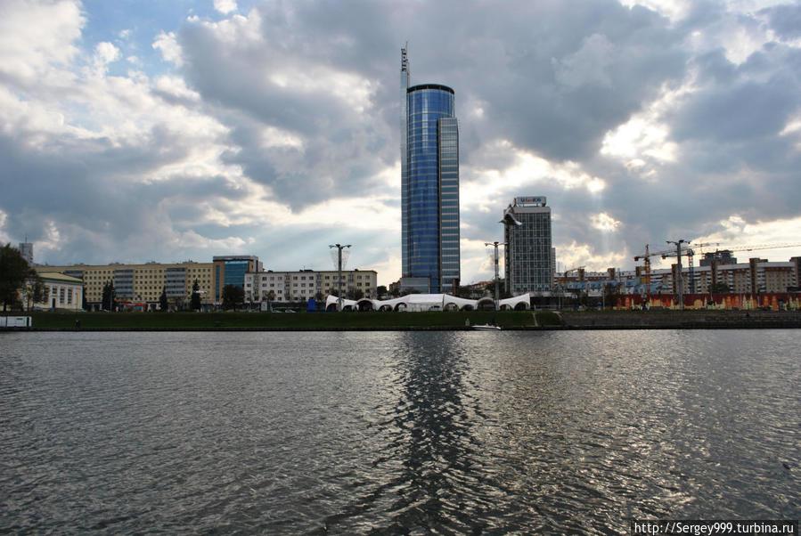 Вид на самое высокое здание Минска через Свислочь.