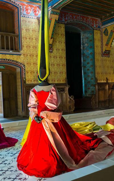 Во время нашего посещения в замке проходила выставка женских костюмов, и эта дама своей «элегантной шляпкой» насквозь пронзила мне сердце. В хрущевскую двушку моей юности я не смог бы привести ее, даже если б вошел в долю с соседом сверху.