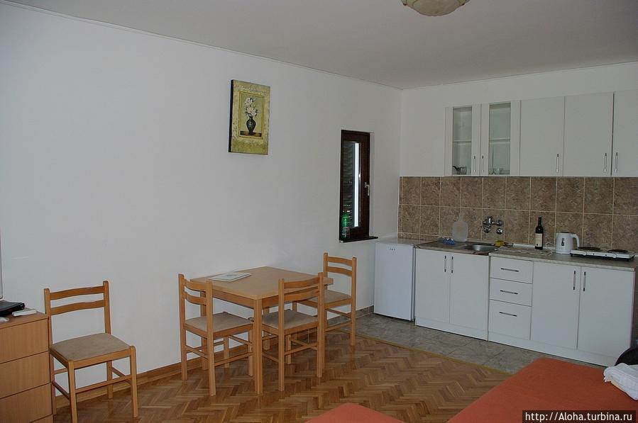 Кухонная зона в двухкомнатном номере.
