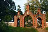 Ворота кладбища на высоком берегу Чудского озера
