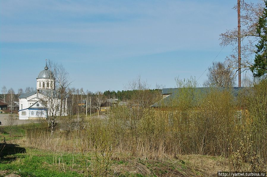 С берега ручья в направлении реки Костромы хорошо видна Преображенская церковь. Солигалич, Россия
