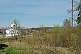 С берега ручья в направлении реки Костромы хорошо видна Преображенская церковь.