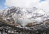 Перед нами открылась огромная чаша, наполненная полупрозрачной водой, отражавшей синее небо. Здесь таких озер насчитывают 108. Одни совсем замерзшие и вечно покоятся подо льдом; другие, как это, радуют глаз зеркальной гладью...