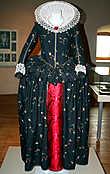 Очень уж мне понравилась выставка одежды XVI века! Не удержалась, сняла это платье во всех ракурсах:))