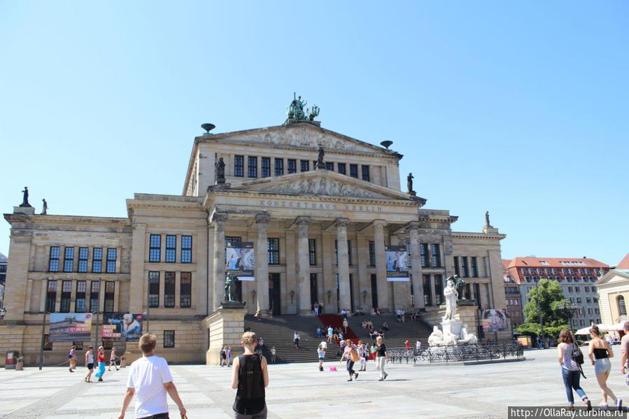 Концертный зал и памятник Шиллеру на площади Gendarmenmarkt. Здесь можно выйти и поснимать, автобус ждёт.