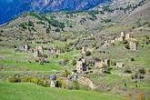 Еще один комплекс стоящий практически у дороги, огромный Эгикал. Башенный поселок датируется XII веком и насчитывает порядка 60 башен разных видов, расположившихся на склоне горы Цей-Лоам в Ассинском ущелье. Решили прогуляться по его улицам.