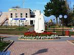 Памятник основателю города — преподобному Лонгину, на заднем плане кедры.