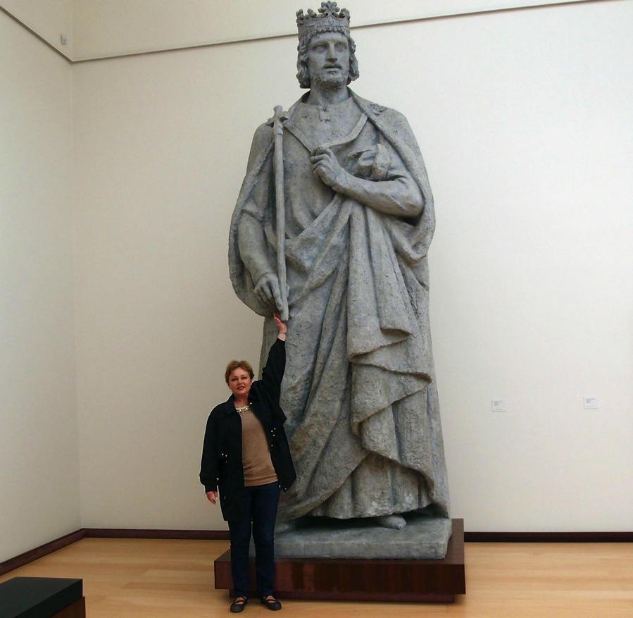 Скульптуры в музее не маленькие!