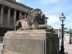 Британский лев встречает тебя напротив вокзала у Сент-Джордж холла, построенного в 1838 — 1854 годах и состоящего из судебного, бального и концертного залов.