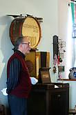 Музыкальные автоматы любили ставить в трактирах,начиная с конца 17 века. Это были уже машины,куда можно было бросить монетку в 10 пфеннингов и послушать одну минуту музыку.