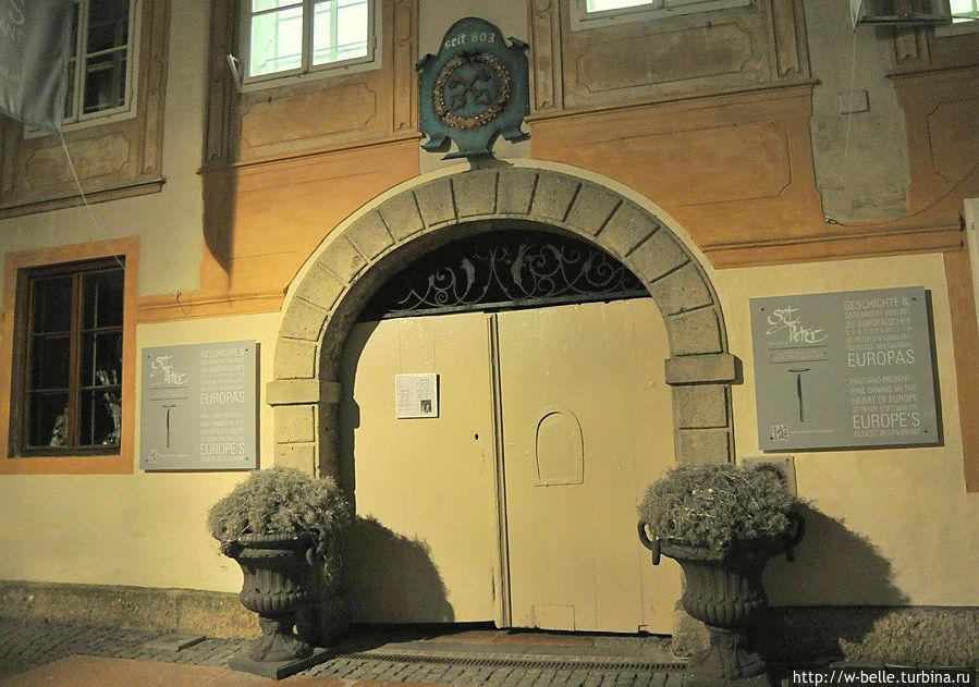 Если верить табличке, то это старейший ресторан Европы, где кормят с 803 года.