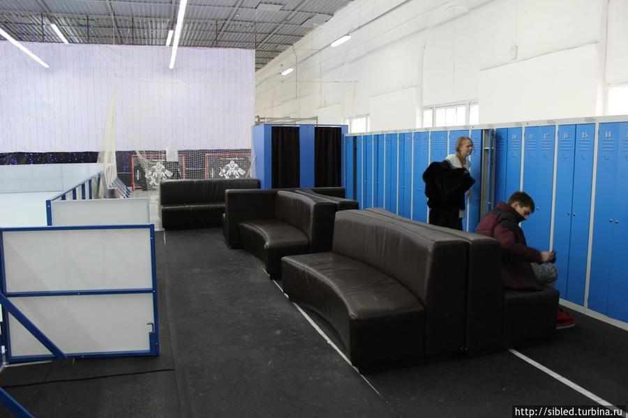 Зона для посетителей с мягкими диванами