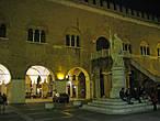 Дворец Треченто (Palazzo dei Trecento, начало XIV века), построенный в романском стиле, площадь Независимости.