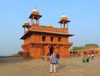 В помещении Диван-и-Хас (Divan-E-Khas) — осуществлялись встречи правителя с подчиненными и гостями.