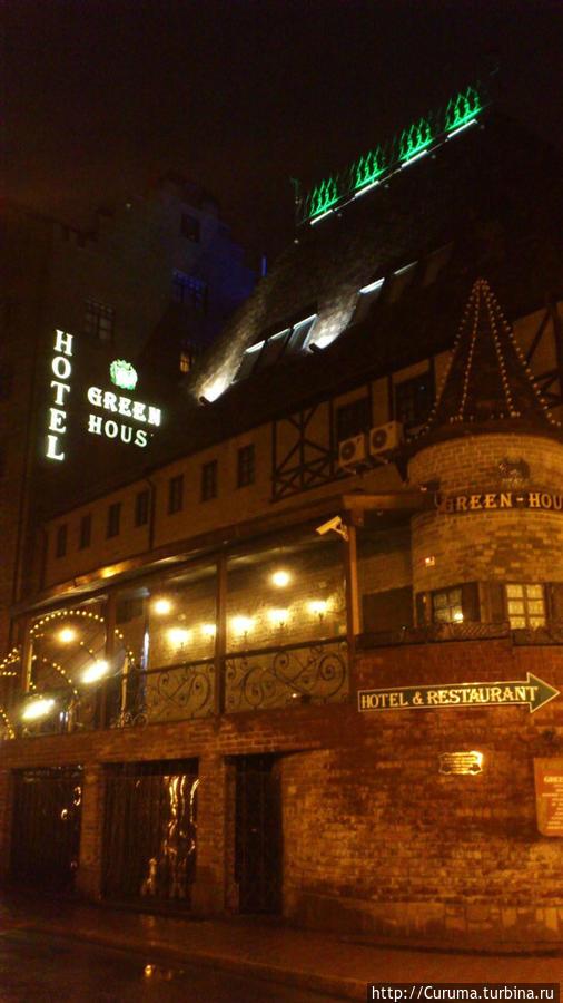 Вид на отель ночью.